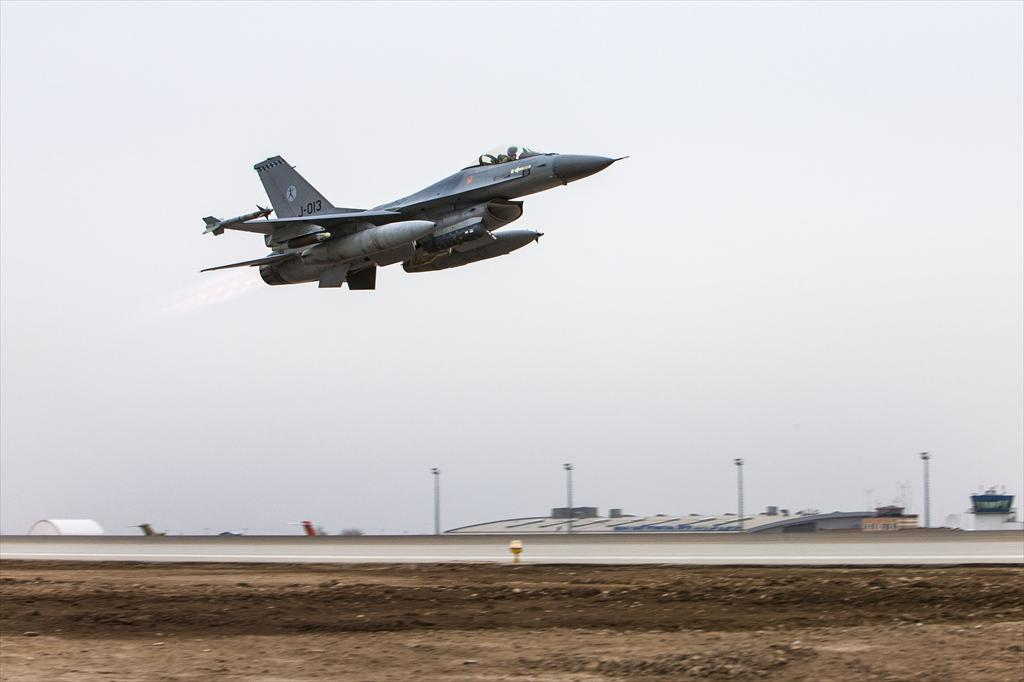 Dutch F-16 heads for Iraq, October 2014 (Dutch MoD)