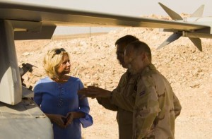 Defence minister Jeanine Hennis-Plasschaert visits Dutch F-16 crews in the Middle East, May 15 2015 (Dutch MoD)