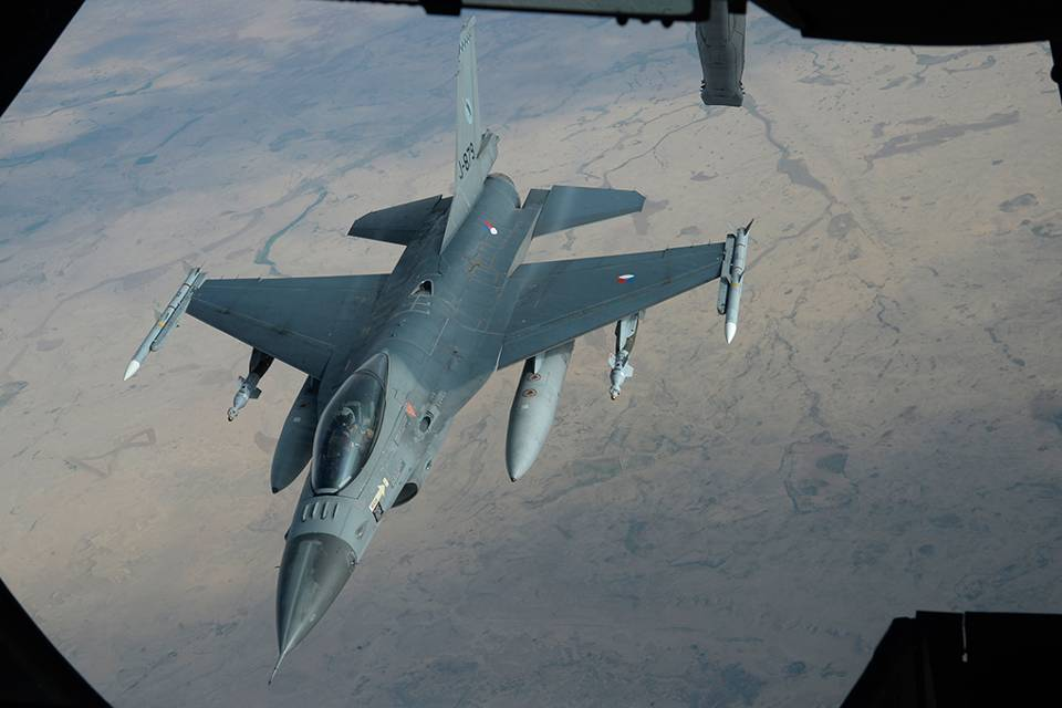 A Netherlands F-16 refuels over the Middle East (Dutch MoD)