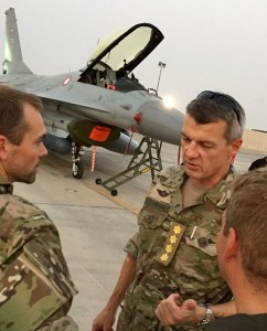 Defence chief General Peter Bartram visiting F-16s in Kuwait, Augusst 2015(Danish MoD)