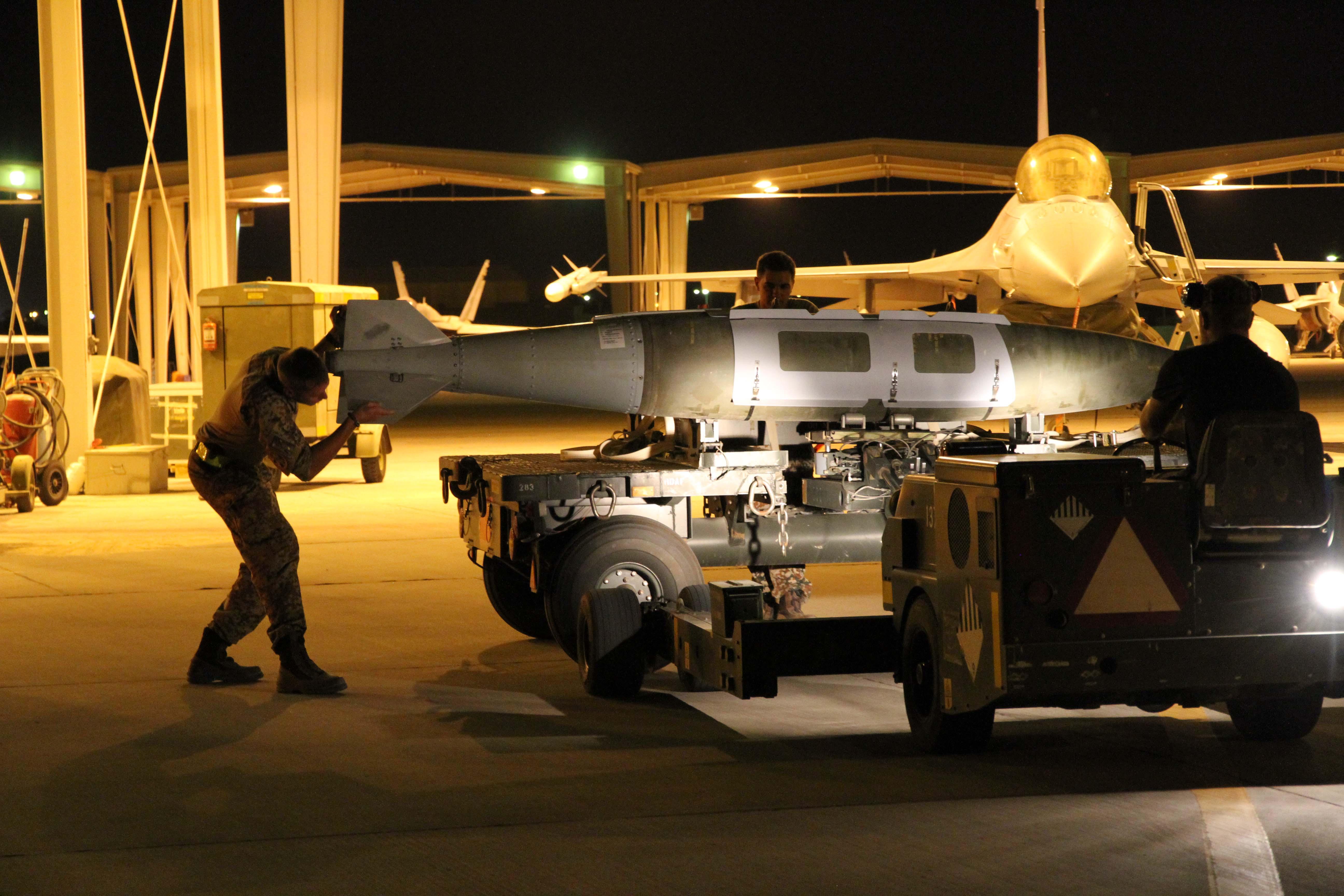 Danish aircrew load a 2,000lb bomb onto an F-16 for its last Iraq mission (Dabnish MoD/ )