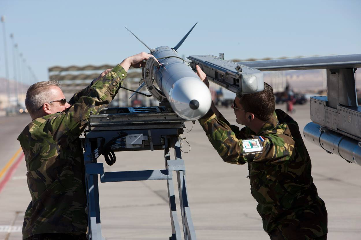 Soldiers attach a rocket to a Dutch F-16. (Dutch MoD)