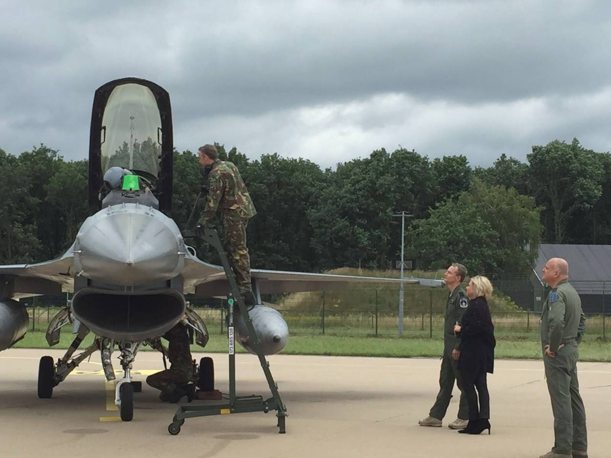 Minister Hennis at the arrival of the F-16s at Volkel Air Base. [Dutch MoD]